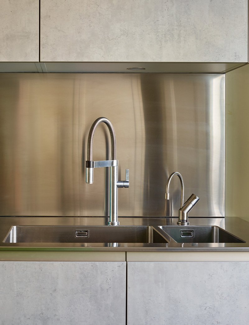 kitchen with 2 sinks in stainless steeel